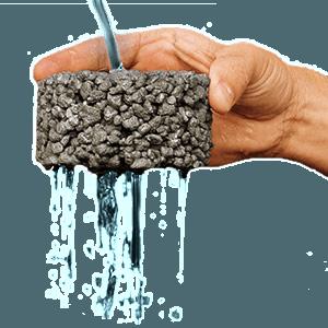 Acqua passando attraverso il cemento
