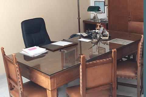 una scrivania in legno e vetro e delle sedie