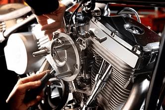 riparazione del motore di una moto