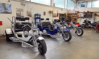 officina con moto parcheggiate di diverso colore