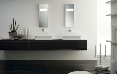 interno del bagno con lavandini e dispenser