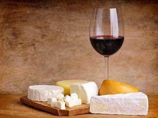 tagliere di formaggi con calice di vino