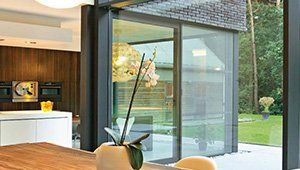 vista di una veranda con porte scorrevoli