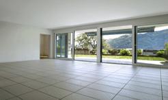 vista interna di una casa con pavimento in parquet e infissi esterni