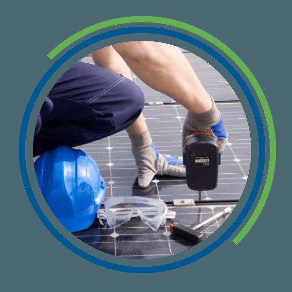 Un operaio installa un pannello fotovoltaico