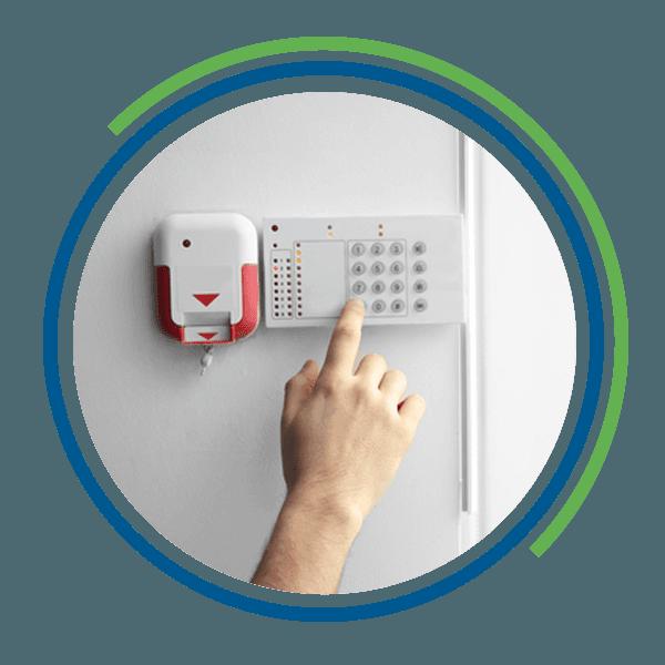 La pulsantiera di un sistema di allarme e una mano
