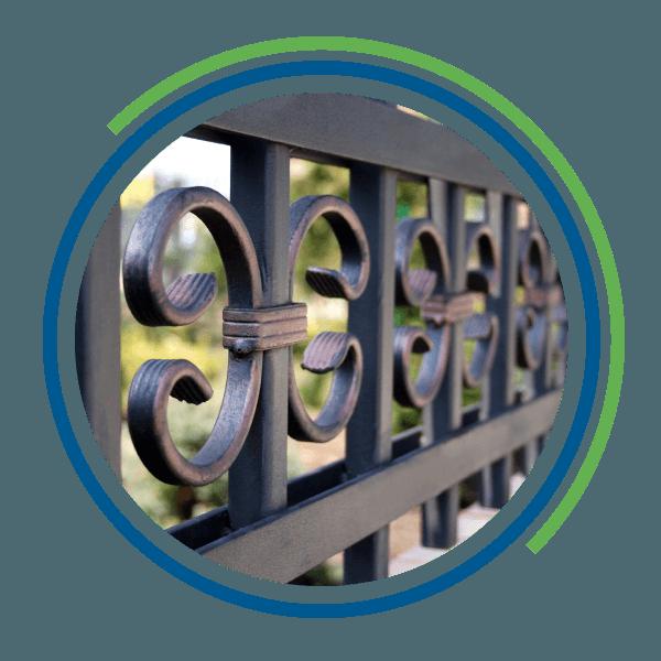 Dettaglio di un cancello in ferro battuto decorato