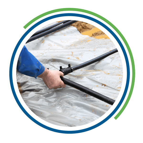 Un operaio installa un tubo per l'impianto geotermico