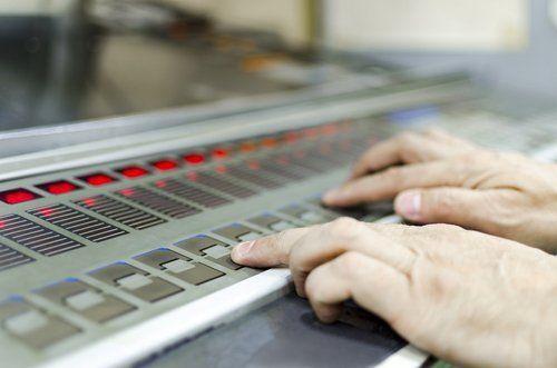 mani che selezionano il tipo di stampa personalizzato