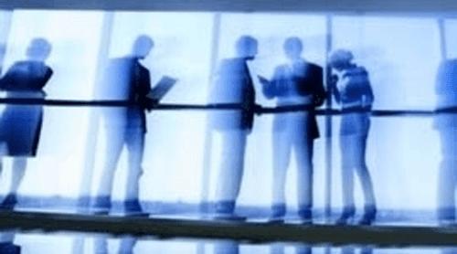 vista sfuocata di persone in piedi