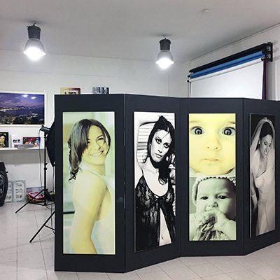 Pannelli giganti con diverse fotografie