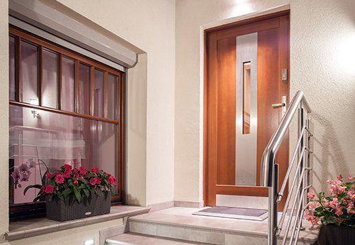 Vista frontale di una casa moderna con la porta in legno a Campagna Lupia