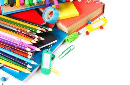 matite, libri, pennarelli, scotch e post it