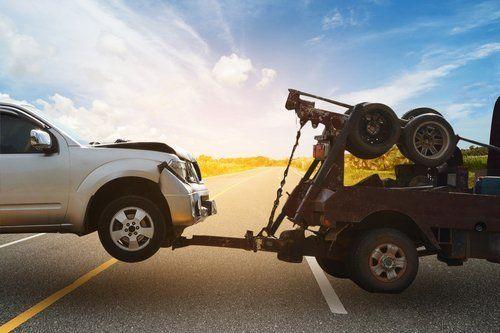 camion di rimorchio traino un rotto giù auto con focus su auto trainata