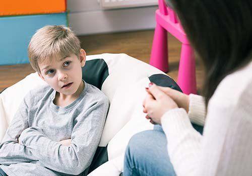 un bambino che parla con una psicologa