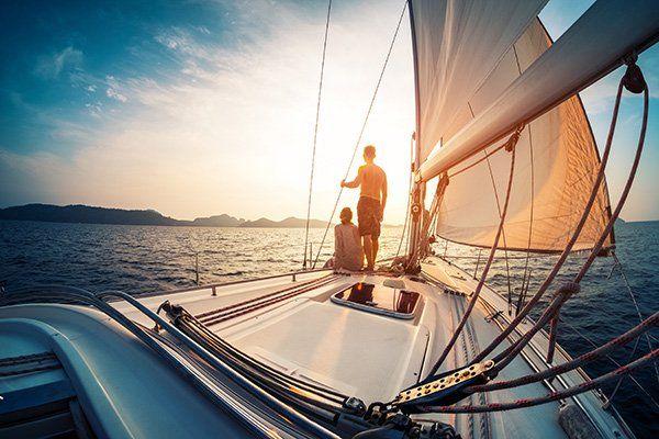 Una coppia su una barca a vela che sta guardando il mare
