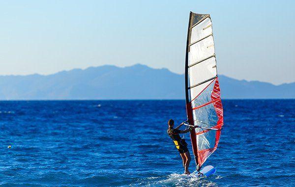 Uomo che pratica windsurf