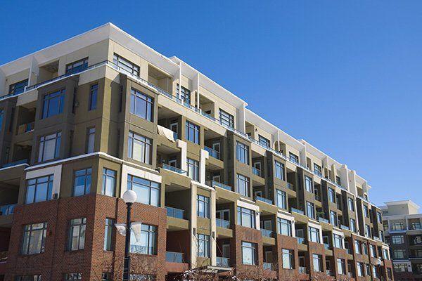 visuale laterale di edifici immobiliari