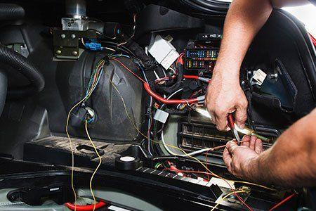 Riesaminando e riparando le connessioni elettriche dell'automobile