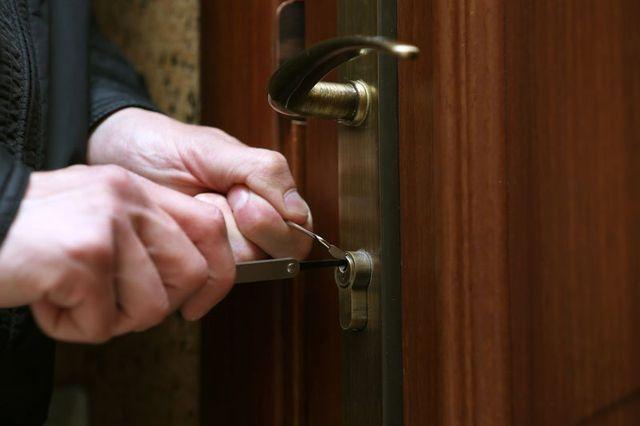 Due mani scassinano una serratura con un grimaldello
