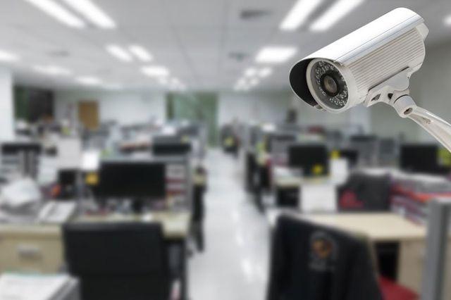 una telecamera di sicurezza e vista di un ufficio