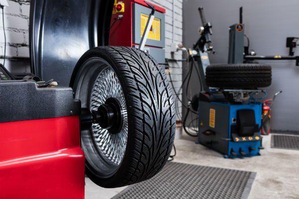 una ruota in un macchinario per pneumatici