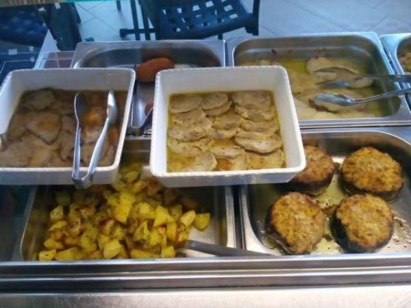 delle patate, melanzane gratinate e dell'arrosto dentro a dei recipienti