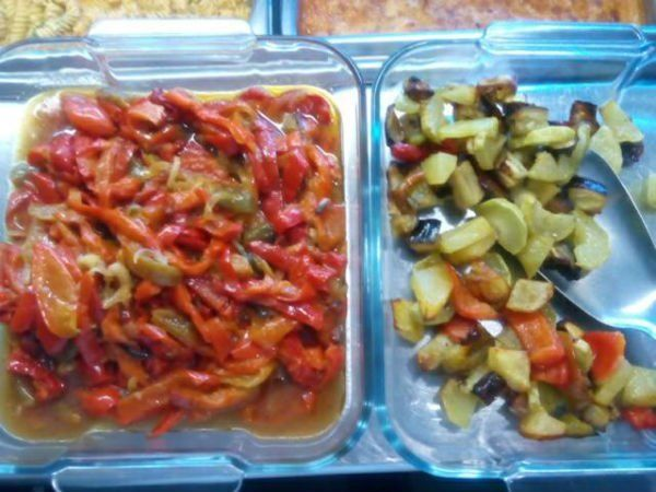 dei peperoni tagliati e altre verdure