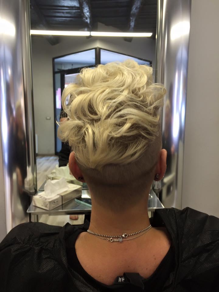 Modella con capelli castani schiariti sulle punte
