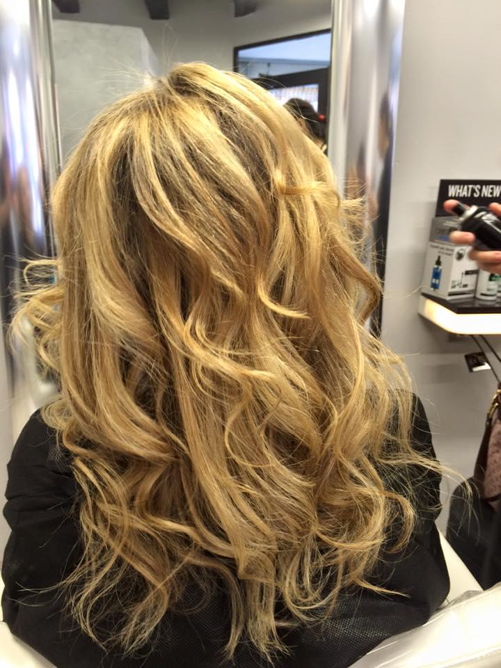 capelli lunghi mossi biondo scuro con riflessi castani