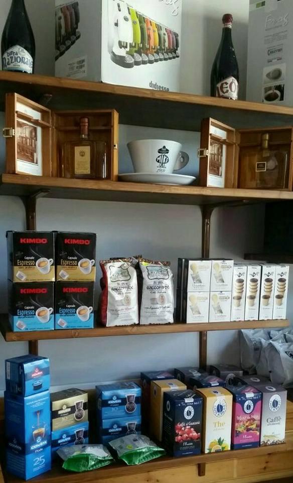 esposizione prodotti caffè su scaffali di legno