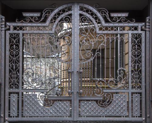 un cancello in ferro ornato