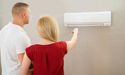 coppia accende un impianto di aria condizionata con telecomando