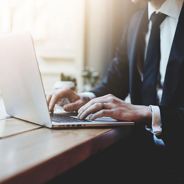 uomo lavora su un laptop