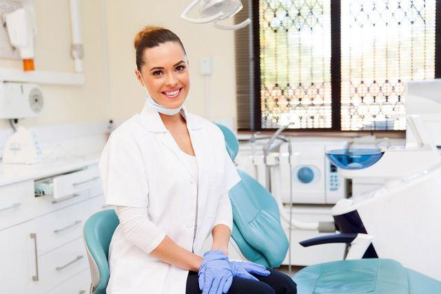 Dentista in studio dentistico