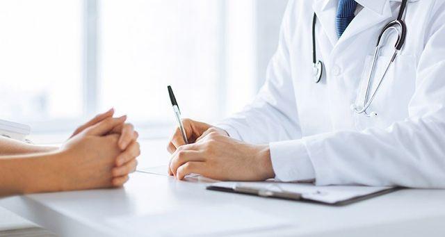 Consulto tra un dermatologo ed una paziente