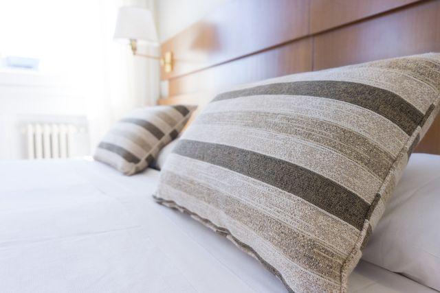 cuscino a righe sul letto