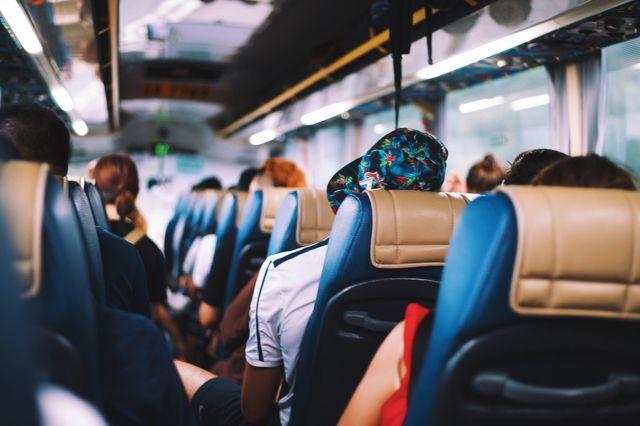interno autobus pieno di persone visto dal retro