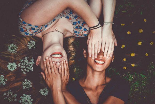 Amiche si coprono gli occhi